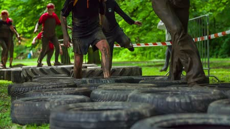 kurs : CELJE, SLOVENIA - MAY 2014: Gladiator games with obstacles while running on track. Group of people running through assault course