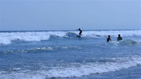 remo : Person surfing the waves. Wide shot of surfer on big wavy sea. Vídeos