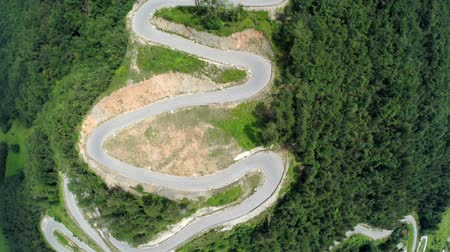 passar : Mountain pass road over the hill. Heli aerial shoot of mountain pass over road for adrenalin long board competition