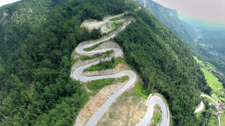 dağ geçidi : Wide angle aerial shoot of pass road. Wide angle aerial shoot of pass mountain road for adrenalin and dangerous long board competition
