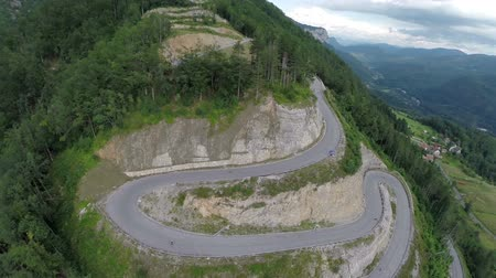 enrolamento : Heli aerial landscape shoot from above of mountain winding road. Heli aerial landscape shoot from above of mountain winding road and skateboarding competition Stock Footage