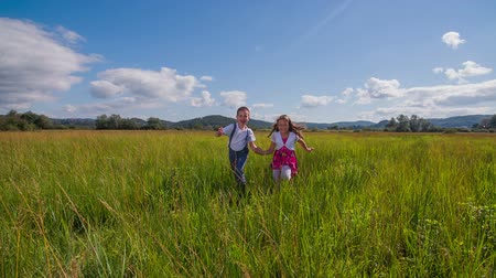 сестра : Brother and sister running to the camera. Brother and sister with curly hair running to the camera in a sunny summer day with clouds on the sky and smiling and holding their hands feeling free and enjoy every moment of their life
