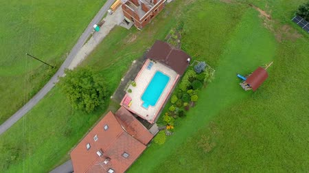 quintal : Swimming pool at backyard of a luxury house. Aerial shoot of a swimming pool at backyard of a luxury house