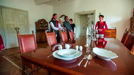 muzeum : Coming to the table at the Castle in Modern Times. Slow motion footage of a high class Turkish people from the new era come to sit down at the table in the old castle from the modern times. Wideo