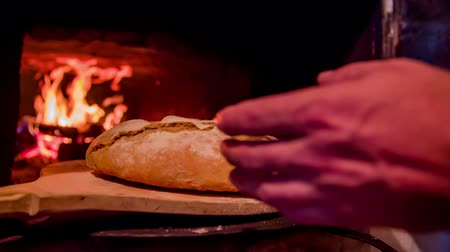 forno : Grabbing freshly baked bread . Slow motion close up RAW footage of a bread being grabbed by a man when comes from the bread oven. Vídeos