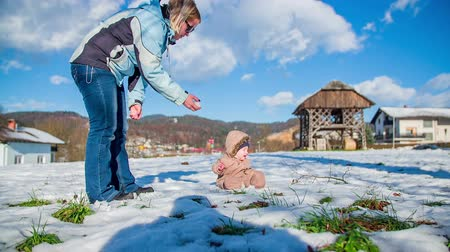 deslizamento : Mother and young child boy outdoors playing on a snow on a sunny day in countryside. Vídeos