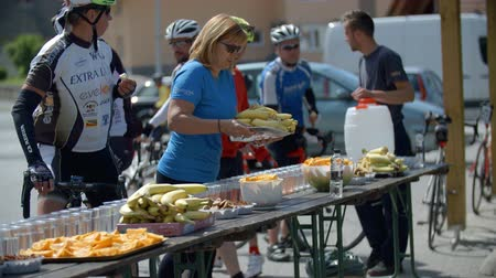 esemény : EVENT VRHNIKA JULY  2015: In this clip you can see  the competitors who have a first stop for snack  in cycling marathon.