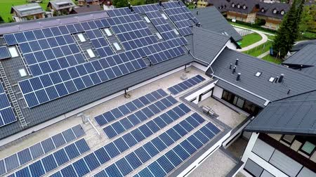 солнечный : This is air view on school who uses solar energy and which is on a beautiful location in the middle of nature which is placed in a beautiful environment on countryside. Стоковые видеозаписи