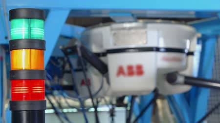 automatizálás : In this video, we can see a red, green and yellow light at the plastics plant. The robots are working in the background. Close-up shot.