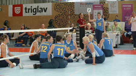 röplabda : EVENT PARA-VOLLEYBALL PODÄŒETRTEK 11.10.2015: In this video, we can see how players are giving high five to each other before the volleyball game starts. A referee whistles as the game is about to start.