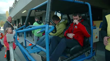 demonstrativní : In this video, we can see how two visitors are sitting down in a skeleton of the demonstrative car at the automobile event. Dostupné videozáznamy