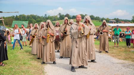 rytíř : A music band starts performing on their saxophones. Their leader gives a sign and they start jumping and are dressed in traditional medieval clothes and have their hoodies on. Dostupné videozáznamy