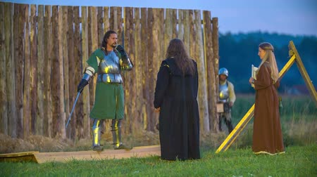 bitva : The leader of the knights who have won the battle is having a speech. A king and a princess are standing in front of him. Dostupné videozáznamy