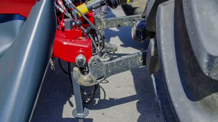 automatický : A trailor slowly lowers down automatically. It connected a tractor and a trailor. Farmer did managed that by pushing a button on the side lift. Dostupné videozáznamy
