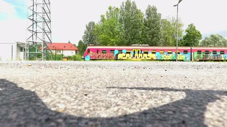 multa : Train drawn with graffiti and full of passengers passing by and approaching the station. Vídeos