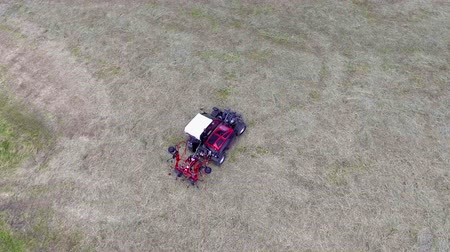 balya : Two parts of the agricultural machinery fold together. Aerial shot. The farmers stopped working outside. Stok Video