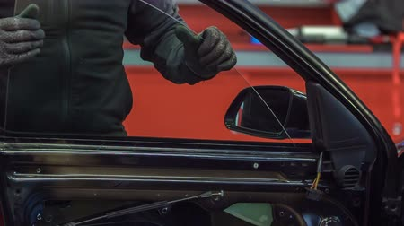 estação de trabalho : A mechanic is putting a car window back into the car door. This is taking place at a car service. Stock Footage