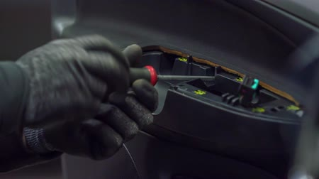 çekme : A mechanic is fixing a door pull handle and a door open bezel on a car in an automobile repair shop. Stok Video