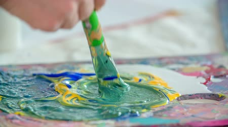 элементы : Kids are using tempera colours in their art class and they are making some beautiful paintings.