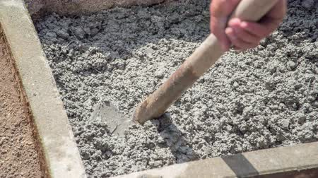 zedník : Arranging concrete evenly into smaller eclosed area with a help of a hoe. Dostupné videozáznamy