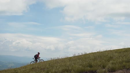 kopec : Bicycle biker walks on the top of mountain