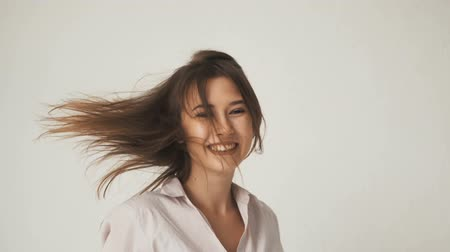 blok mieszkalny : Happy long hair girl, in casual shirt, running in the empty white room Wideo