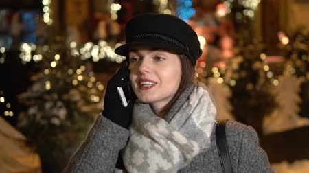 čepice : Dark-haired caucasian girl in a gray woolen coat and scarf talking on the cellphone, outdoor slowmotion Dostupné videozáznamy