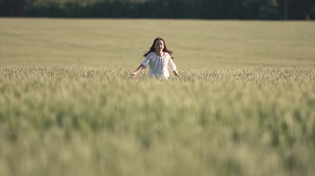 bordado : Carefree kid running across the wheat field, enjoying holidays on nice summer day