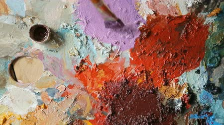 шедевр : Artist trying paints on palette, closeup Стоковые видеозаписи
