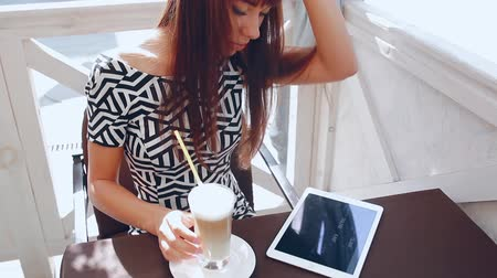 compresse : Pretty Girl con telefono tablet nel caffè