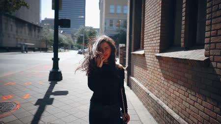 bolsa : beautiful girl walks through the city