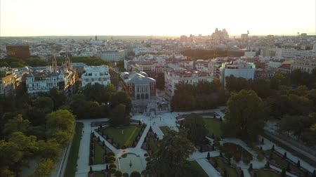 madryt : flight drones over the famous Park of the Retiro of Madrid and the Prado Museum Wideo