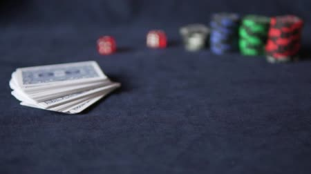 kártya : Poker. On the gaming table are cards and chips. Slowly two red dice fall onto the table