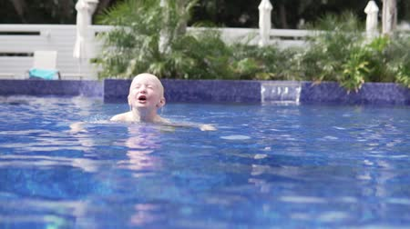 plavec : The boy swims in the pool. Slow motion