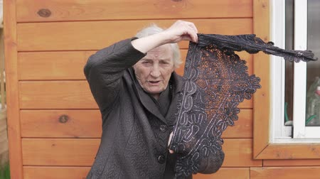 luto : An old woman shows a black scarf over her head. The old woman goes to the funeral. Stock Footage