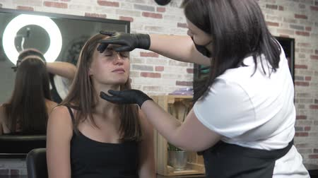 hůlky : Eyebrow correction in a beauty salon. Master prepares the skin for waxing extra hair. Eyebrow shaping