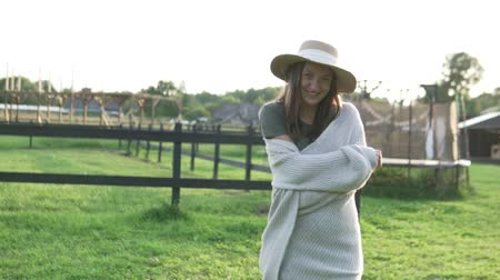 namiot : Beautiful woman in a hat at sunset in the summer on a farm. Close-up, slow motion. Woman smiling and laughing in the setting sun Wideo