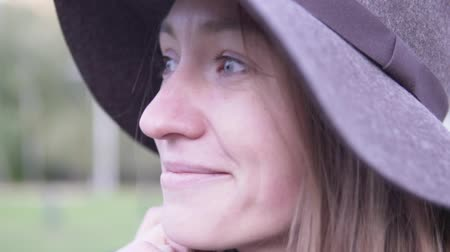 keçe : Beautiful woman in a hat. Close-up, time lapse. Woman dreamily looks into the distance and smiles. Stok Video