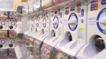 automaat : OSAKA, JAPAN - APRIL 11, 2018: de close-up van veel capsulestuk speelgoed machine in een gachapon-winkel.