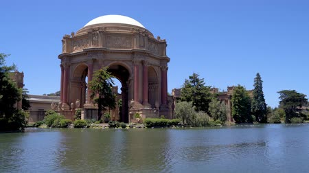 güzel sanatlar : Palace of Fine Arts San Francisco California usa surrounding by nature garden pond water. good weather blue sky summer. bird flying wild lifestyle in summer peaceful place old history building. Stok Video