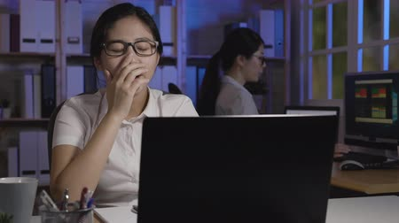 uykulu : slow action bored businesswoman yawning at workplace feeling no motivation or lack of sleep tired boring office routine. exhausted restless female employee gaping suffering chronic fatigue overwork Stok Video