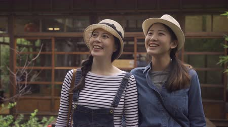 pontos : leisure friendship travel kyoto concept. happy smiling teenage girls friends walking in summer japanese style teien garden on wooden bridge outside traditional house talking chatting point view Vídeos