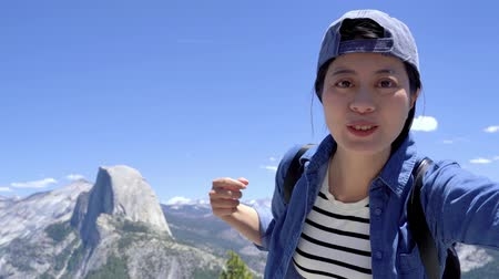 hátizsákkal : young girl hiker hands introduce view in yosemite peak half dome trail.
