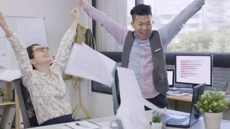 компания : young asian female and male colleagues excited by celebrating victory looking at computer screen and high five together. Стоковые видеозаписи