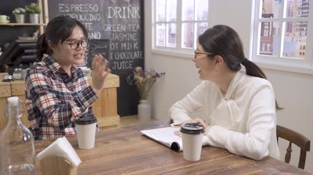 candidato : young Asian professional woman in interview meeting. woman interviewer laughing out loud naturally while listen fresh graduate girl candidate introducing herself in cafe bar