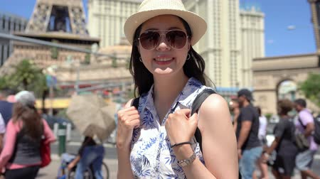 бульвар : happy girl backpacker travel in summer las vegas. young woman tourist face camera smiling and standing under blue sky.