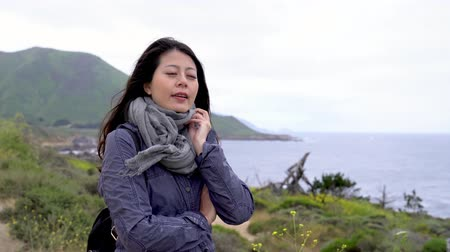 Young asian woman traveler standing on cliff edge and looking wide sea view in mountain big sur california. Wideo