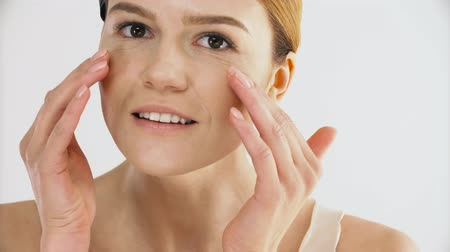 orta : Healthy Skin. Portrait Of Mature Woman With Natural Makeup Putting Hands Together. Closeup Of Beautiful Woman With Fresh Facial Skin. Beauty Care And Face Cosmetics. High Resolution Stok Video