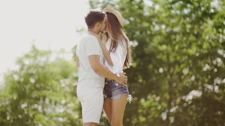 parte : Couple Kissing. Romantic People In Love Kiss in Nature. Smiling Young Man And Beautiful Happy Woman Making Out, Sharing Passionate Kiss, Embracing And Enjoying Summer Time Together Outdoors Stock Footage