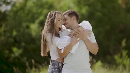 parte : Beautiful Couple In Love Embracing In Nature. Portrait Of Happy Woman And Handsome Young Man In Hugging And Enjoying Summer On Weekend. People On Romantic Date Outdoors
